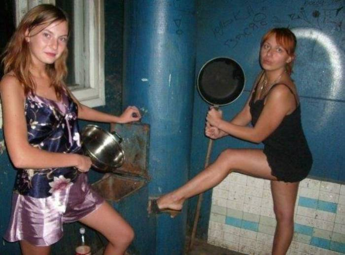 Russain women fighting with pans