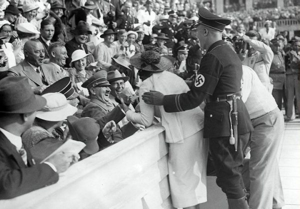 woman kisses hitler in 1936 games